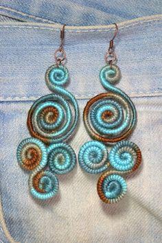 Brincos modelo Imperial, lã cor matizada em tons de azul e marrom e ganchos…