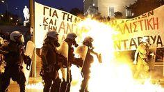 Manifestantes antisistema se enfrentan a la Policía frente al Parlamento de Atenas  http://w.abc.es/cugy3v