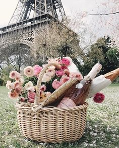 Perfect Parisian Picnic Basket with pink roses and ranunculus, rose and a bagette all underneath the eiffel tower in Paris! Paris Honeymoon ideas. Best kind of picnic. Picnic Ideas.