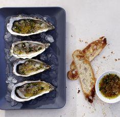 So schlicht und dennoch ein Klassiker der Gourmetküche. Frische Austern in einem leichten Essig-Öl-Dressing mit Schalotten und Kerbel.
