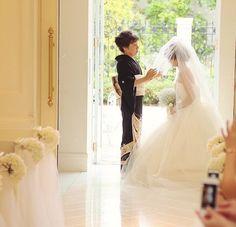 光の入るチャペルはベールダウンのシーンにより一層深みを持たせます。感動的シーンのひとつです。 Wedding Photos, Wedding Ideas, Couples, Wedding Dresses, Collection, Weddings, Fashion, Marriage Pictures, Bride Dresses
