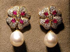 Pendientes con motivo de Btes. Rubies y perlas Australianas.