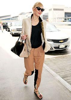 LOULOU Shopping - Le look basique stylé de Cate Blanchett - On copie son look - La belle Australienne prouve quon peut prendre lavion dans un kit confortable ET styl grce  sa tenue superbement raffine.