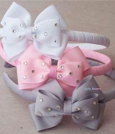 Laços de cabelo Big Hair Bows, Ribbon Hair Bows, Making Hair Bows, Ribbon Flower, Fabric Flower Headbands, Fabric Flowers, Baby Headbands, How To Make Hair, How To Make Bows