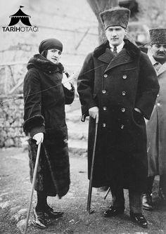 Mustafa Kemal Atatürk eşi Latife Hanım ile birlikte.