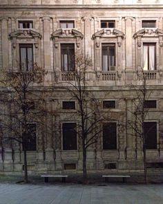 Sipario chiuso.  #palazzomarino #piazzasanfedele #Milano  #sera #silenzio #evening #silence  #igersitalia #igersmilano #volgomilano #whywelovemilano #loves_milano #milanodavedere #milano_go #milano_forever  #conlaverdipermilano #IlaVerdi #IlaBarocca by thegianaz