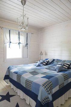 Vanhempien makuu-huoneen kaikki valaisimet ovat Ikeasta. Merihenkinen sininen…