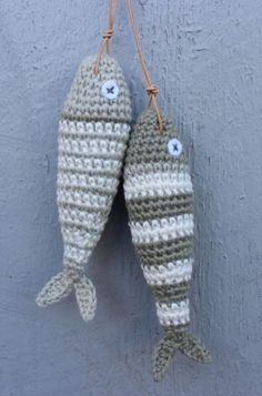 Crochet Patterns Gifts Crochet fish /DIY free pattern in danish Crochet Food, Crochet Gifts, Crochet Yarn, Free Crochet, Crochet Fish Patterns, Knitting Patterns, Crochet Keychain, Yarn Bombing, Crochet Animals