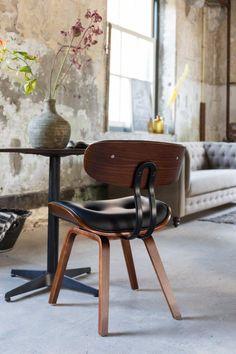 De Blackwood stoel van Dutchbone is een een knipoog naar de jaren 60. De stoel is bezet met een prachtig houtfineer wat de Blackwood een warme en stijlvolle uitstraling geeft. De stoel heeft zowel een een klassieke als moderne kant en komt in beide stijlen goed tot zijn recht.