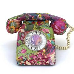 Decoupage Telephone - Retro to Go Decopage Furniture, Upcycled Furniture, Painted Furniture, Telephone Retro, Retro Phone, Telephone Call, Upcycled Crafts, Vintage Phones, Decoupage Art