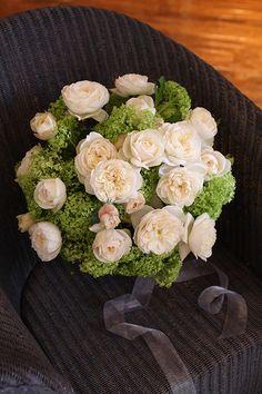 ラウンドブーケ2 フェミニンな白バラとビバーナムが印象的なスタイル |¥42,000