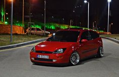 Red Ford Focus mk1, low, big rims
