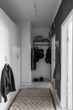 Thanks to the black-and-white palette and the game of contrasts, the designers managed to create in this Swedish apartment of 49 sqm very trendy and ✌Pufikhomes - source of home inspiration House, Laundry Mud Room, Interior, Shoe Storage Cabinet, Home, Entry Hallway, Tiny House Big Living, Chic Spaces, Black And White Design