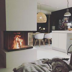 """Architect's Home in 🇫🇮 sanoo Instagramissa: """"Näinä pimeinä ja sateisina lokakuun iltoina ei ole mitään parempaa kuin käpertyä sohvan nurkkaan nauttimaan takkatulesta. Kissakin ilmestyy…"""" Instagram, Home Decor, Decoration Home, Room Decor, Home Interior Design, Home Decoration, Interior Design"""
