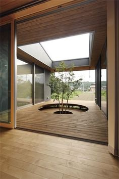 Japanese house with an enclosed courtyard blurring the indoor/outdoor threshold. Indoor Courtyard, Internal Courtyard, Courtyard House, Japanese Home Design, Japanese Interior, Japanese House, Courtyard Design, Appartement Design, Interior Garden