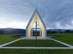 Maria Magdalena chapel by Sacher Locicero Architectes. This small family chapel in rural Austria has a white concrete shell and glass gable walls, allowing views right through the building to the rolling countryside beyond. Sacred Architecture, Church Architecture, Religious Architecture, Interior Architecture, Concrete Architecture, Gable Wall, Gable Roof, Maria Magdalena, Glazed Walls