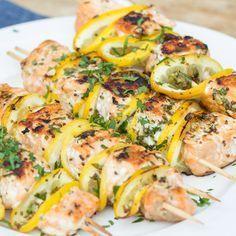 Dein Lachsfilet schmeckt noch besser, wenn du es mit einer Knoblauch-Senf-Sauce marinierst und es als Lachs-Zitronen-Spieße auf deinem Rost grillst.