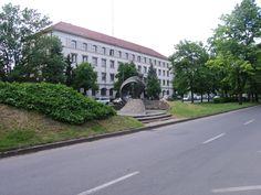 A régi Pártház épülete a háttérben