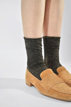 The 60 den socks with a slightly shiny gold effect are knitted from high-quality recycled yarn and have a rolled edge, which ensures a high wearing comfort and a modern look. Bio Label, Lisa, Recycling, Recycled Yarn, Simple Stories, Elegant, Fashion Accessories, Modern, How To Wear