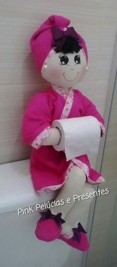 Discover thousands of images about Marlene Arteira: Boneca porta papel higiênico com molde. Felt Crafts, Fabric Crafts, Diy And Crafts, Fabric Dolls, Paper Dolls, Diy Craft Projects, Sewing Projects, Bath Doll, Soft Dolls
