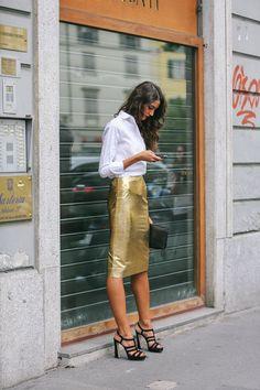 Comprar ropa de este look: https://lookastic.es/moda-mujer/looks/camisa-de-vestir-blanca-falda-lapiz-dorada-sandalias-de-tacon-negras-cartera-sobre-negra/1272 — Camisa de Vestir Blanca — Falda Lápiz Dorada — Cartera Sobre de Cuero Negra — Sandalias de Tacón de Ante Negras