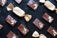 Bonbony zabalené do kousku pečicího papíru nebo celofánu poslouží i jako prima jedlý dárek; Mona Martinů