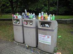お祭り会場にありがちな溢れるゴミ箱。しかし対面のゴミ箱は空