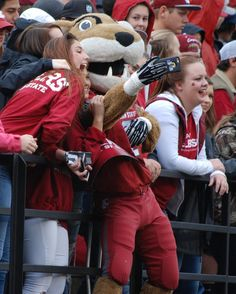 Selfies with Butch are always a great part of Cougar Football 🏈🐾 #WSU #GoCougs