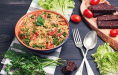 https://www.youtube.com/watch?v=EI9ERMHqoWQ Ingredienti: cous cous pomodorini zucchine olio extra-vergine di oliva limone cipolla prezzemolo Preparazione: