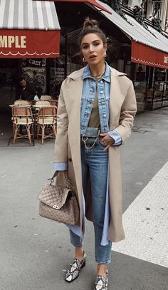 I love pairing my favorite jeans with my more formal tops. It's a great way to keep your outfit stylish yet casual. Here are some ideas on how you can work your jeans into your fall wardrobe. Mode Outfits, Fashion Outfits, Fashion Trends, Girly Outfits, Fashion Styles, Trent Coat, Look Fashion, Winter Fashion, Feminine Fashion