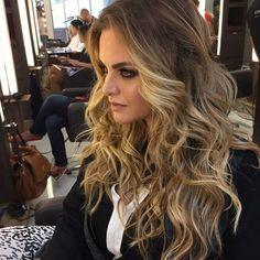 via: @santteestilo Um dos grandes coloristas do país, @romeufelipe mostra como iluminar o visual de forma elegante e linda. Aqui, ele fez mechas pontuais no comprimento, variando nas tonalidades. Ficou incrível! ⠀ One of the greatest colorists of the country, @romeufelipe shows how to light the look in a elegant and beautiful way. Here, he made specific strands in length, varying in shades. It was amazing! ⠀ #beauty #beleza #hair #fashion #moda #estilo #romeufelipe