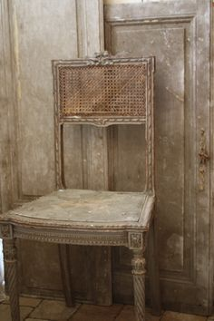 . Old Chairs, Antique Chairs, Dining Chairs, Patina Style, Swedish Decor, Love Chair, French Kiss, French Chairs, Shades Of Beige