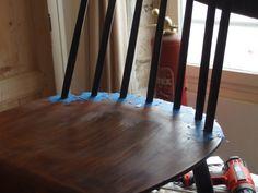Avant de peindre les barreaux, pensez à appliquer des scotchs de protection. #DIY #Bricolage