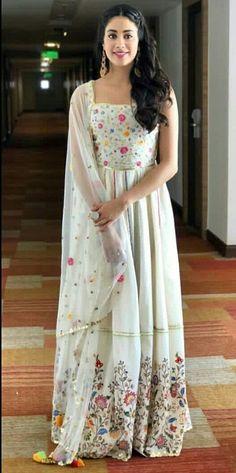 jhanvi kapoor in sukriti and akriti Dress Indian Style, Indian Dresses, Indian Outfits, Kurta Designs, Blouse Designs, Indian Fashion Designers, Indian Designer Wear, Indian Attire, Indian Wear