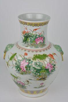 Prachtige vaas in porselein - China - ca 1900 (Guangxu mark en periode)  Een prachtige kleurrijke vaas in chinees porselein met op glazuur aangebrachte geëmailleerde decoraties van natuur taferelen. Op de bodem een onder glazuur aangebracht rood zes karakter teken Guangxu (1875-1908) Twee kleine beschadigingen aan het email. Zie foto 13 en 14Hoogte : 35 cmDiameter aan de buik : 25 cmGewicht : 2700 grDeze vaas wordt u zeer ruim en zorgvuldig verpakt toegestuurd met de Bpost  EUR 0.00  Meer…