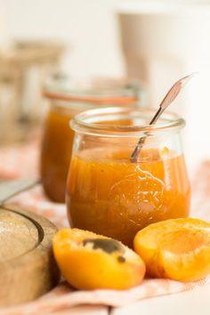 Marmelade einkochen hat für mich etwas ganz urtümliches und der erste Biss in mein Brötchen mit frische Aprikosen-Vanille-Marmelade - perfekt!