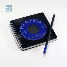 Libreta hecha a mano reciclando un viejo single de vinilo en mal estado de «Los 3 Sudamericanos».