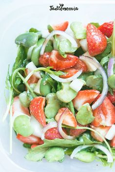 Broad bean, strawberry and onion salad. Feta, Onion Salad, Soup And Salad, Caprese Salad, Vegan Recipes, Delicious Recipes, Clean Eating, Healthy Eating, Salads