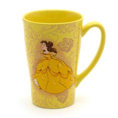 Questa tazza di Belle non è sotto un incantesimo come le stoviglie del castello della Bestia, ma è comunque deliziosa, decorata con un'immagine stile bozzetto della principessa su entrambi i lati e rose disegnate sullo sfondo.