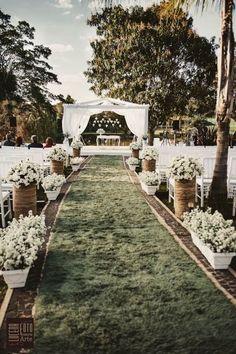 Casamentos ao ar livre são sempre delicados e elegantes, certo? Porém, se você pretende fazer uma cerimônia ao ar livre, acho que têm alguns itens importantes que você deve considerar. Vamos então aos itens: Tenha um plano B Quando pensamos em um...