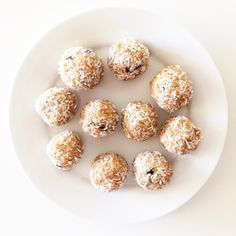 raw chocolate chip cookie dough macaroons on Clean Food Dirty City → Makes 12 macaroons.