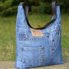 Small Sewing Projects Sewing Projects For Beginners Altering Jeans Blue Jean Purses Denim Purse Denim Crafts Denim Ideas Bolsas Jeans Schneider Cut adding design to pockets - Salvabrani Want to try and make this bag - Salvabrani Jean Crafts, Denim Crafts, Mochila Jeans, Blue Jean Purses, Look Jean, Denim Purse, Denim Ideas, Denim Shoulder Bags, Old Jeans