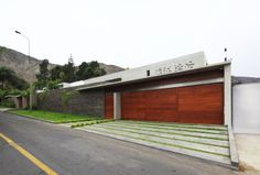 La Planicie House II is located in La Molina District, Lima, Peru, and was designed by Oscar Gonzalez Moix. The home, made mostly of concrete and caramel-c Luxury Modern Homes, Modern Mansion, Residential Architecture, Architecture Design, Bridge Structure, Wood Garage Doors, Modern Garage, Modern Fence, Stone Cladding