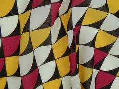Crepe Imperial - Escamas. Tecido leve e extremamente fluido, com transparência e suave textura, apresenta estampa de escamas em 4 cores. Ideal para peças amplas e fluidas. Sugestão para confeccionar: camisaria, blusas, batas, saias, vestidos, entre outros.