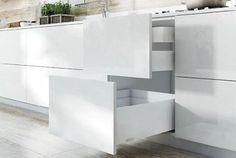 Valikoimassa alumiininen profiililaatikko Salice Lineabox. Varastoväri valkoinen (saatavissa myös samppanja, titanium ja harjattu alumiini). Täysin ulosvedettävät, vaimennetut Futura-kiskot. #salice #lineabox #laatikko #vetolaatikko #profiililaatikko #sisustus #decoration #home #koti #seinäjoki #design #sisustustarvikkeet #keittiö #yritysmyynti #tukkumyynti #helakeskus