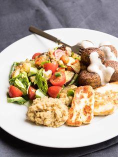 Nautiskellen: Falafelsalaatti hummuksella ja tahinijogurtilla #falafel #salaatti #hummus #tahini #halloumi