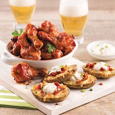 Ailes et pelures de pommes de terre pour soirs de match - 5 ingredients 15 minutes Spicy Honey Chicken, Honey Chicken Wings, Cheddar Potatoes, Cheesy Potatoes, Super Bowl, Spicy Thai, Potato Skins, Dried Tomatoes, Smoked Paprika