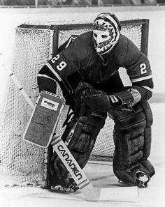 Ken Dryden : Peu de temps après avoir été échangé aux Canadiens par les Bruins de Boston, Dryden fait ses débuts avec le Tricolore à la fin de la saison 1970-71. Après avoir disputé 9 matchs en saison régulière, il est devenu l'homme de confiance devant le filet des Canadiens en séries éliminatoires. Les adversaires en première ronde étaient les Bruins de Boston, champions en titre de la coupe Stanley et l'équipe la plus crainte du circuit. Sept matchs plus tard, les Bruins étaient en… Hockey Goalie, Hockey Players, Ice Hockey, Montreal Canadiens, Bruins De Boston, Nhl, Ken Dryden, Hockey Boards, Sports Fanatics