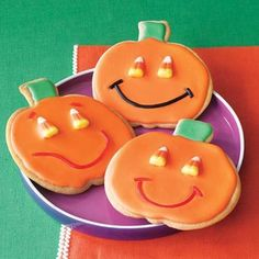 These cute Jack-o-Lantern sugar cookies are a friendly treat for a school Halloween party or lunch treat. by sherry Halloween Pizza, Halloween Cookie Recipes, Halloween Sugar Cookies, Halloween Treats For Kids, Holiday Treats, Holiday Recipes, Halloween Party, Happy Halloween, Holiday Desserts