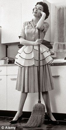 Housewife = Rationing and chores. How Fifties woman was so much healthier than us Z 1950s Housewife, Vintage Housewife, The Housewife, 50s Housewife Dress, 1950s Fashion, Vintage Fashion, Pinup, Look Vintage, Vintage Woman
